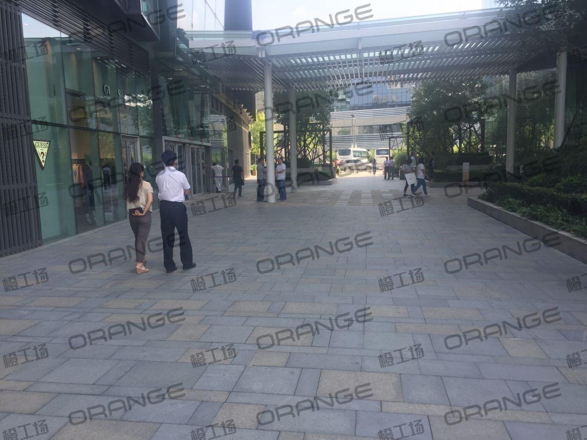 北京颐堤港-室外西门走廊南guess门前1