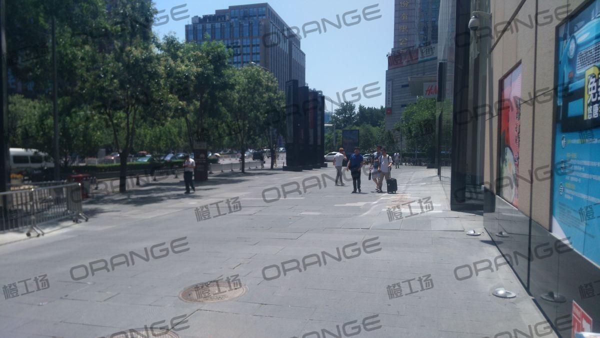 北京悠唐购物中心-室外东门门前三 HM门前13