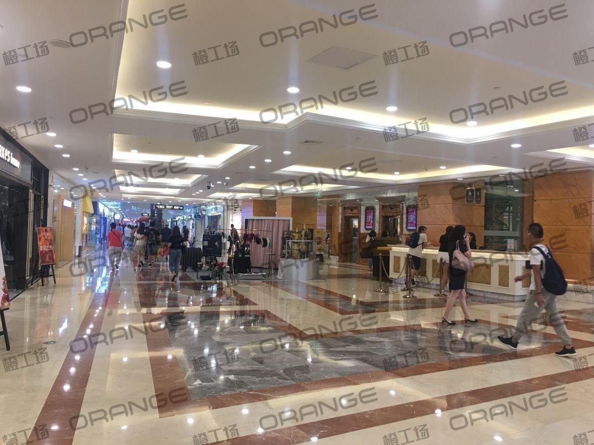 上海环球港-室内B2中央环廊服务台前2