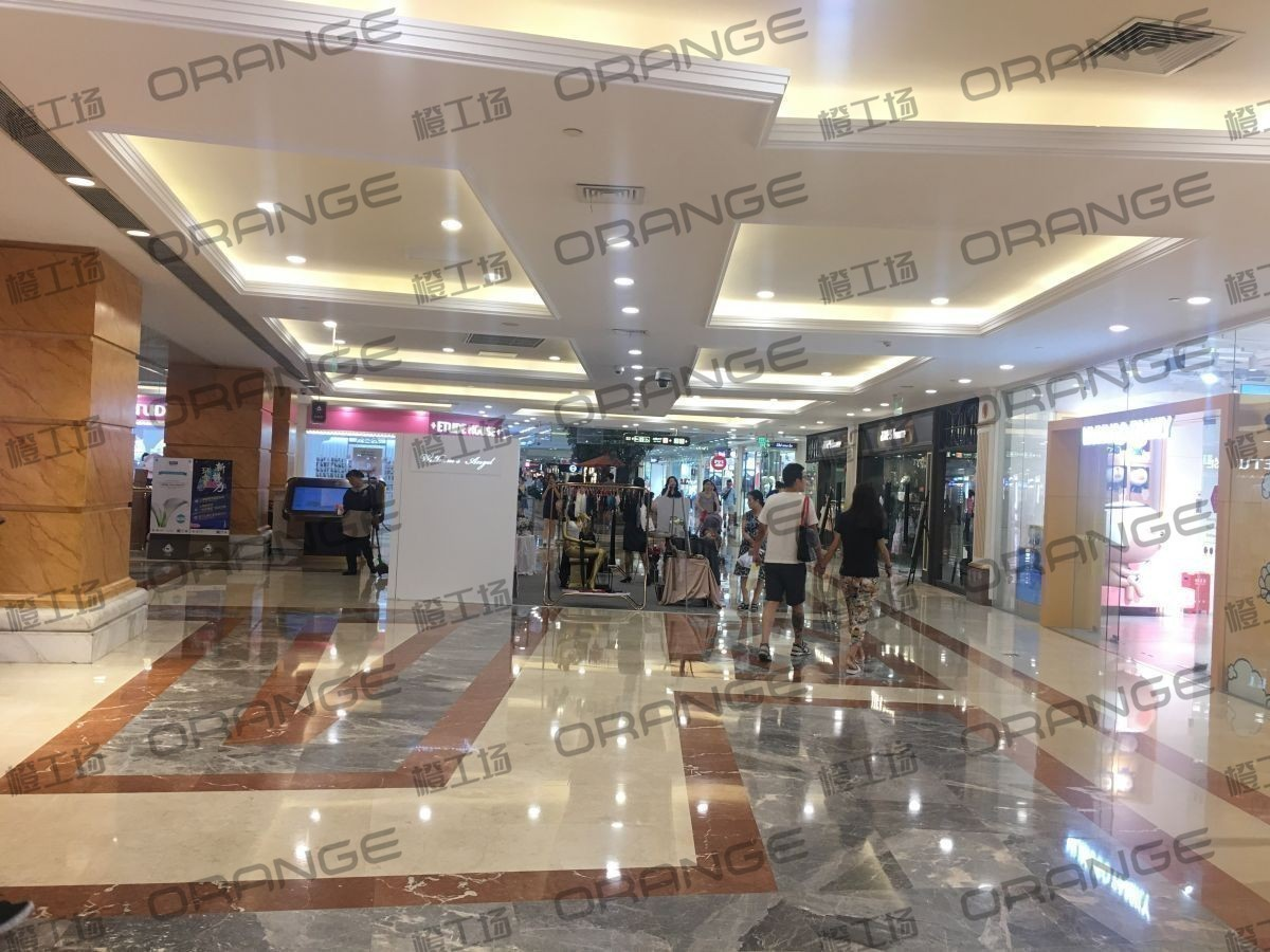 上海环球港-室内B2中央环廊服务台前4